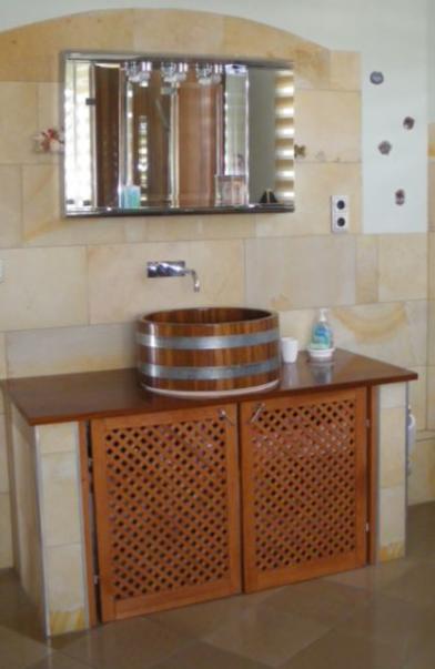 gemauerter Waschtisch mit Holzplatte