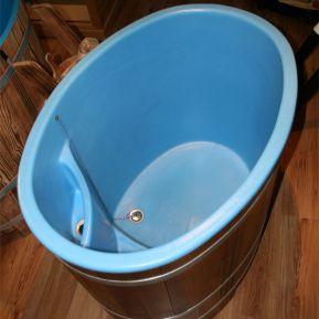 Kunststoffeinsatz schwimmbadblau, aus dickwandigem PE (Polyethylen), mit angeformter Überlaufrinne und Innentritt-Stufe