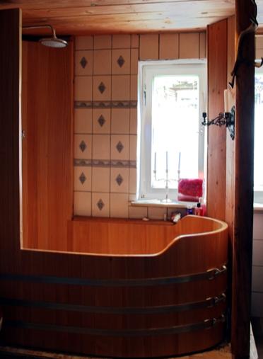 Kombination Bade- Duschwanne, erhöhte Rückwand, Duschwand